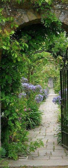 Affordable And Effective Cottage Garden Designing Methods For Your Home Your home is your world, and much like the world around us, looks are important. Cottage Garden Design, Love Garden, Small Garden Design, Dream Garden, Plant Design, Cottage Gardens, Beautiful Gardens, Beautiful Flowers, Unique Cottages