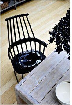 nawiązanie do klasycznego krzesła Windsor chair. krzesła Kartell Comback proj. Patricia Urquiola, perfekcyjny mix stylu i codziennego życia #stół #kartell #krzesła #kolorowe #jadalnia #jadalnie #salon #wnętrza #miejsca #stoły #mix #drewniane #czarny #czarne