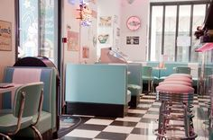 """Happy Days Diner or HD Diner in Paris. With a theme of America in the the diner has a menu that includes burgers and shakes. There are several locations in Paris and all offer a """"happy hour"""", with 2 for 1 milkshakes! Hd Diner, 1950 Diner, Retro Diner, Restaurant Vintage, Diner Restaurant, Pink Lady, Rockabilly, Riverdale Betty, The Carrie Diaries"""