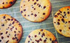 Cookies opskrift - chokoladecookies. Forkæl familien med denne nemme opskrift på chokoladecookies.