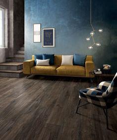 Wohnzimmer mit Fußboden in Holzoptik und Wandfarbe Petrol-Blau