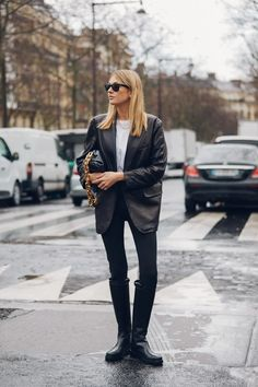 Street style: Our favorite looks from Paris Fashion Week Fall/Winter - Page 5 La Fashion Week, Daily Fashion, Paris Fashion, Blazer En Cuir, Leather Blazer, Look Street Style, Model Street Style, Leggings Negros, Look Blazer