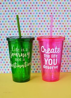 These DIY Vinyl Cups are adorable and versatile. They are a perfect vinyl craft idea to make with a cutting machine! Easily customize with your own sayings. Diy Vinyl Cups, Diy Graduation Gifts, Graduation Cupcakes, Copo Starbucks, Vinyl Tumblers, Easy Diy Projects, Easy Crafts, Project Ideas, Do It Yourself Crafts