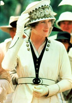 Out of Africa: Meryl Streep's colonial & safari style wardrobe was effortlessly elegant. Director Stephen Grimes sent the film's costume designer Milena Canonero colour copies of the paintings he did whilst in Kenya match the colour palette of the wardrob Karen Blixen, Meryl Streep, Ana Karenina, Films Cinema, Iconic Dresses, Dresses Dresses, Epic Movie, Glamour Uk, Hollywood