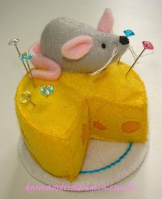 rouse schwedhelm rouse schwedhelm Goerndt I want one of these! Felt mouse n cheese pincushion Felt Crafts, Fabric Crafts, Sewing Crafts, Diy And Crafts, Sewing Projects, Cushions To Make, Pin Cushions, Sewing Box, Sewing Notions