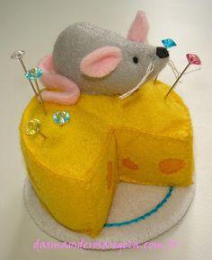 @deb rouse schwedhelm rouse schwedhelm Goerndt  I want one of these!   Felt  mouse n cheese pincushion