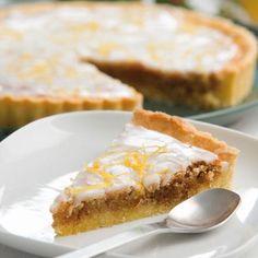 Baka en hel tårta istället för många små mazariner. Tårtan går snabbare att göra och blir minst lika god, speciellt när den får en ljuvlig, sötsyrlig citronglasyr.