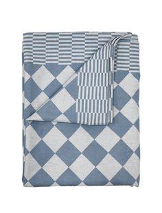 In klassisch nierderländischem Traditionsmuster erscheint die Tischdecke Dutch von HK Living. Das edle Textil ist in grün, blau oder braun   erhältlich und in zwei unterschiedlichen Größen lieferbar. Auf Esstischen oder als drapiertes Dekoaccessoire auf Couch- und Beistelltischen macht das gemusterte Wohntextil eine tolle Figur.