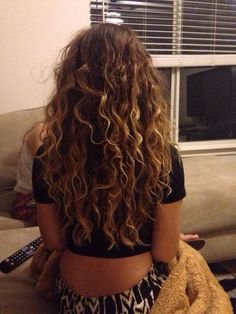 Do you like your wavy hair and do not change it for anything? But it's not always easy to put your curls in value … Need some hairstyle ideas to magnify your wavy hair? Hair Highlights, Natural Highlights, Natural Hair Styles, Long Hair Styles, Long Natural Curls, Curled Hairstyles, Hairstyles 2018, Long Curly Haircuts, Boho Hairstyles
