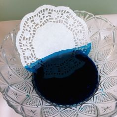Make doilies you-nique by dying them in food coloring; then use the pretty papers to wrap presents, make snowflakes or decorate the table. Paper Doilies Wedding, Doily Wedding, Wedding Dress, Diy Paper, Paper Crafts, Diy Crafts, Vintage Crafts, Vintage Paper, Reunion Centerpieces