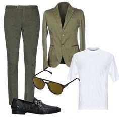 vestito uomo con brillantini sulla giacca e mocassini