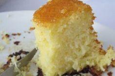 BOLO DE ARROZ CRU 1 copo de arroz cru e lavado 1 copo de leite 1/2 copo de óleo 3 ovos 1 e 1/2 copo de açúcar 100 g de coco ralado 50 g de queijo ralado 1 colher de sopa de fermento ps: a medida é a do copo tipo requeijão