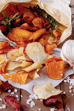 Gemüsechips selber machen: die gesunde Snack-Alternative Vegetable chips are the perfect snack alternative. We reveal how you can make healthy nibbles yourself ELLE. Diet Recipes, Vegetarian Recipes, Teriyaki Tofu, Vegetable Chips, Aip Diet, Food Inspiration, Meal Planning, Healthy Snacks, Clean Eating