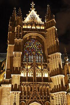 Mise en lumière de la façade d'entrée de la Cathédrale Saint Etienne de Limoges.