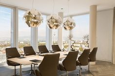 Konferenzraum im COLLECTION Business Center Frankfurt Nextower - buchbar ab 39 Euro netto/Stunde. Business Centre, Chandelier, Ceiling Lights, Frankfurt, Euro, Collection, Home Decor, Conference Room, Things To Do