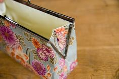 gift presents for women: rectangular purse frame tutorial, sewing pattern - crafts ideas - crafts for kids Diy Clutch, Clutch Purse, Purse Patterns, Sewing Patterns, Wallet Tutorial, Tutorial Sewing, How To Make Purses, Presents For Women, Frame Purse