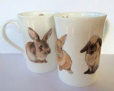 Une tasse de porcelaine fine avec 3 petits lapins autour de l'extérieurs et 3 petits à l'intérieur de la jante, un cadeau idéal pour quelquun  * Lave-vaisselle  * Mugs peuvent légèrement différer des photos  www.kimberleysnelling.com