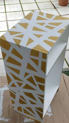 Pintura blanca satinada,rodillo de lacar,cinta de carrocero,y pintura dorada..y un mueble completamente diferente!