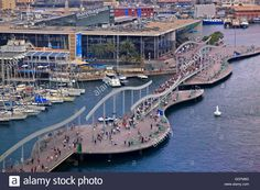 Download this stock image: The Rambla del Mar bridge leading to MareMagnum, Barcelona, Catalonia, Spain. - GDFM6D from Alamy's library of millions of high resolution stock photos, illustrations and vectors.