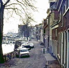 Dit zag ik in 1972. Vleesmarkt, Bontebrug, Kleindiep, de Zijl, achterkanten woningen Zuiderbolwerk, fiets, bromfiets, bakfiets, FRAM-bus, en hééél veel geparkeerde auto's. De foto is gemaakt vanwege de stoepen, maar is nu als stadsbeeld heel geschikt voor Oud Dokkum. Vooral als u de functie 'volledig scherm' activeert.