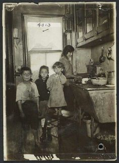 1915 tenement family in NYC