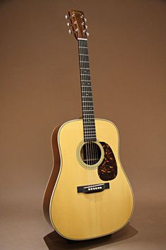 Martin D-28 Museum Edition 1941 Proto Type (2008) : Based on the 1941 D-28 model in Martin Guitar Museum collection. Adirondack Spruce top, Madagascar rosewood back & sides.