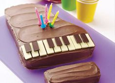 "Piano Cake Recipe... White and dark chocolate bars are ""key"" to decorating this piano cake baked from an easy mix.... Prep Time: 40 minutes Total Time: 3 hours 30 minutes 12 servings"