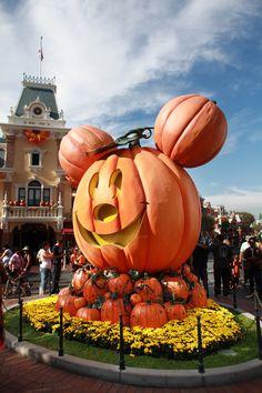 Disneyland // Mickey Mouse Pumpkin on Main Street USA // Halloween Time