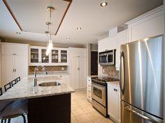 Aimez-vous l'îlot foncé qui contraste avec les armoires pâles ? Kitchen Island, Design, Home Decor, Wardrobes, Island Kitchen, Decoration Home, Room Decor, Interior Design, Design Comics