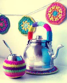 Nice dress for a mate! Mug Cozy, Coffee Cozy, Crochet Garland, Creative Knitting, Crochet Circles, Crochet Potholders, Hanging Mobile, Crochet Home, Crochet Projects