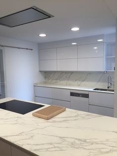 Cocina SANTOS MODELO LINE-L en laminado brillo blanco nieve, es el blanco mas puro. Cocina con isla con encimera de neolith color calacatta con la encimera enrasada. Campana NOVY integrada con los mandos en la propia placa de cocción. By SMSTUDIO Handleless Kitchen Cabinets, Countertops, Kitchen Cabinets Decor, Kitchen Room Design, Modern Kitchen Cabinet Design, Modern Kitchen Design, Pantry Design, Kitchen Inspiration Modern, Kitchen Design