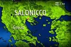 Το εννιάλεπτο ταξίδι του ιταλικού RAI3 στην Θεσσαλονίκη. Το ιταλικό RAΙ βρέθηκε στην Θεσσαλονίκη και ασχολήθηκε με τις ομορφιές της νύφης του Θερμαϊκού. Στο βίντεο το RAΙ παρουσιάζει την Άνω Πόλη, την Αρχαία Αγορά, την Καμάρα και το Λιμάνι. Αλλά και το κουλούρι Θεσσαλονίκης, τον καφέ, και τα πανεπιστήμια. Thessaloniki, Travel, Viajes, Trips, Tourism, Traveling