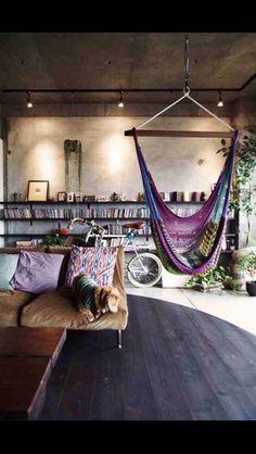 bohemian living space// indoor hammock// via deco my place Bohemian House, Bohemian Decor, Bohemian Living, Bohemian Apartment, Boho Room, Bohemian Interior, Hippie Living Room, Gypsy Living, Industrial Loft Apartment