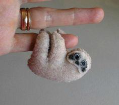 Miniature de paresse ressenti en peluche animal en peluche avec pieds pliables et peint des animaux de forêt tropicale de visage - tan - à la main