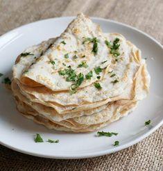 Deze koolhydraatarme tortilla's bevatten 94% minder koolhydraten dan traditionele tortilla's! Je kunt van dit recept 4 grote tortilla's of 8 kleine tortilla's bakken. De koolhydraatarme tortilla's kun je serveren als bijgerecht bij Mexicaanse gerechten.