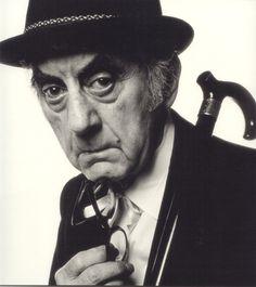 Man Ray Man Ray, seudónimo de Emmanuel Radnitzky (Filadelfia, 27 de agosto de 1890 - París, 18 de noviembre de 1976) fue un artista modernista estadounidense que pasó la mayor parte de su carrera en París (Francia). Fue un importante contribuyente a los movimientos dadaísta y surrealista, a pesar de que sus vínculos con cada uno eran informales. Él era conocido en el mundo artístico por su fotografía avant-garde, y también fue un reconocido como fotógrafo de retratos.