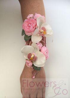 prachtige polscorsage gemaakt op een op maat gemaakt frame van zachtroze ijzerdraad opgevuld met prachtige orchideeën en ranonkels en een subtiel groen blaadje. Prijsindicatie €75,- Voor meer info: www.flowersenco.nl
