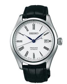 Seiko Presage Herenhorloge Automaat SPB047J1. Een elegant horloge die als automaat is uitgevoerd. De kast is zilverkleurig en heeft een doorsnede van 40,5 mm. De wijzeplaat is wit en de band is zwart. De energiereserve van dit horloge is 41 uur indien de veer van het horloge helemaal is opgewonden. Het horloge is voorzien van dat mooie en harde, vrijwel niet te bekrassen saffierglas. Dit horloge is tot 100 meter waterdicht en u heeft 2 jaar garantie op het uurwerk.