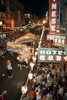 31 Beautiful Photos Of Life In San Francisco's Chinatown In The '50s/Crowds strain to watch 100 foot Dragon.
