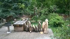 Řada dřevěných domků vyrobených ze špalků