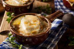 Une délicieuse soupe à l'oignon gratinée préparée dans la mijoteuse. C'est chaud, bon et réconfortant!