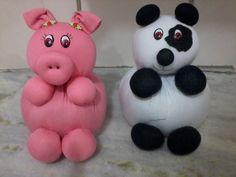 peso de porta                                                                                                                                                                                 Mais Sewing Toys, Sewing Crafts, Nylon Crafts, Nylon Flowers, Hand Puppets, Christen, Felt Dolls, Sewing Hacks, Fabric Crafts