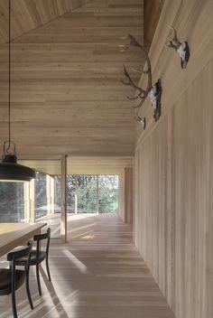 Situated at meters feet) above sea level, Haus am Stürcherwald is a house, designed by Bernardo Bader Architekten. Luz Natural, Chalet Modern, Modern Rustic, Modern Farmhouse, Bernardo Bader, Interior Architecture, Interior And Exterior, Interior Design, Wooden Facade