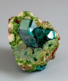 Dioptase on Duftite and Calcite