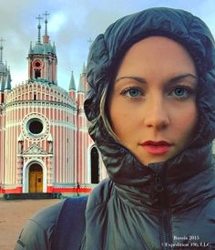 Cassie De Pecol, the American woman who visited all 196 countries in 18 months, shares her 10 top countries to visit. Ready to travel? Top Countries To Visit, Countries Of The World, Connecticut, Top Country, Puffer, Young Americans, 27 Years Old, Portraits, World Records