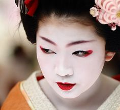 face / portrait / people / girl / red lips / make up : maiko (geisha apprentice) kyoto, japan / canon 7d by momoyama, via Flickr