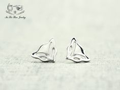 Lovely silver fox earrings! ------------------------------------------------- Earrings Size :10 mm x 8 mm Material:925 Sterling silver  Quantity: 1 pair ------------------------------------------------- Your jewelry will arrive in a gift box.  Handling time:  Please allow 1-3 business da...