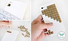 metal parçali iphone kabı :kazakların üzerindeki kare metallerden ikea gibi yerlerden bulabilirsiniz.eskimiş bir metal parçalı kazağınız gömleğiniz vb. varsa üzerinden söküp düz beyaz veyahut siyah kaba yapıştırabilirsiniz .renklide olur ama en uyumlu siyah ve beyaz :)