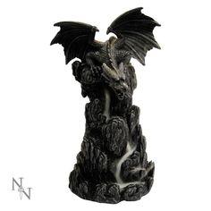 Nemesis Now. Draken back flow wierook houder. Mooie draak zittend op een rots, wanneer je de back flow wierook kegel hier in plaatst gaat de rook omlaag alsof er een waterval langs de rots naar beneden loopt.