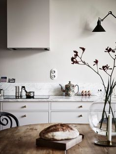 Again a light Scandinavian home with some touches of autumn! The wooden accessories, linen textiles, rugs, the splashes of ochre here and there … all these elements give a warm and cosy feel to the va